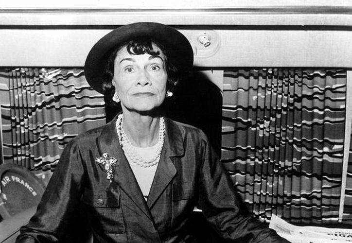 La historia del servicio de Coco Chanel a los nazis fue divulgada por la cadena gala 'France 3'. En la  imagen, la diseñadora poco antes de iniciar un viaje, en 1957. (EFE/Archivo)