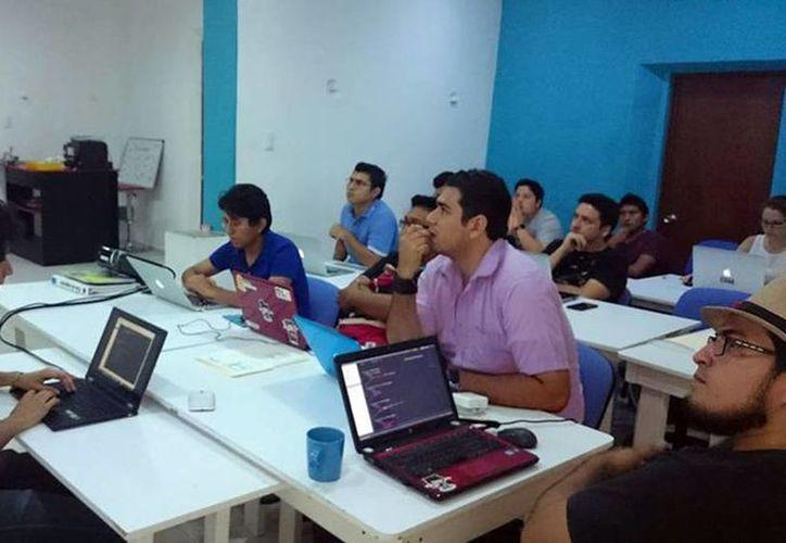 """Ayer inició el """"Hackbanero"""". Se busca que los participantes creen tecnología y aplicaciones eficientes de manera rápida. (Milenio Novedades)"""