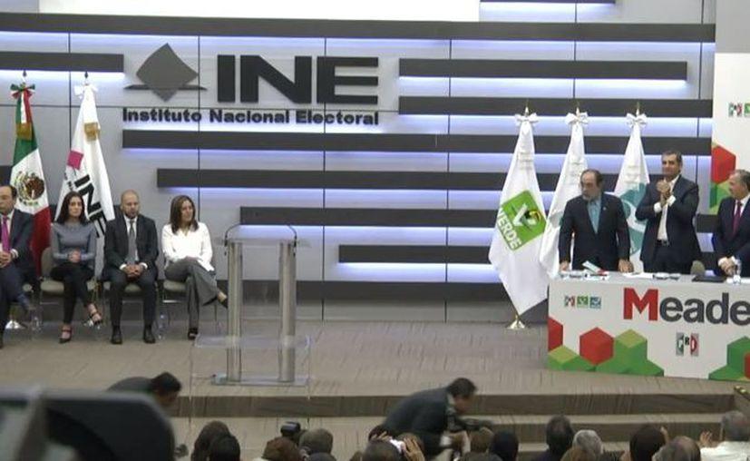 Acompañado de su esposa Juana Cuevas y los dirigentes nacionales del PRI. (Twitter)