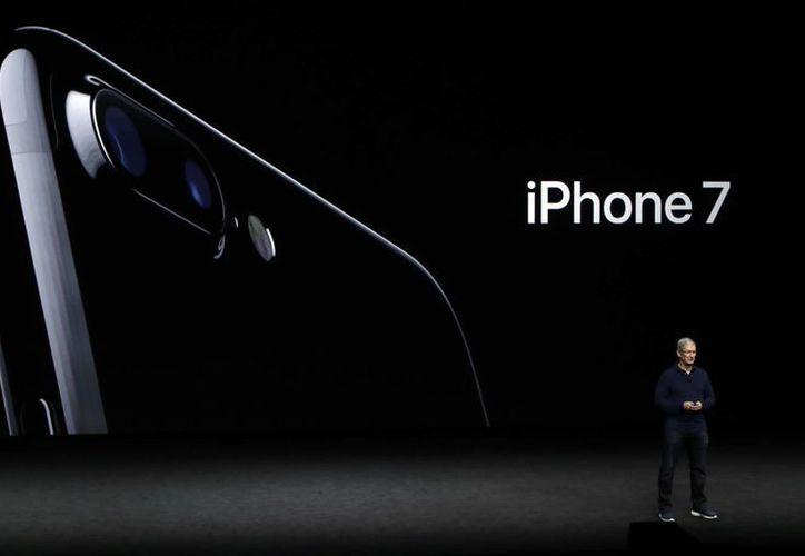 La cámara dual del nuevo iPhone toma fotos similares a una cámara reflex. (Foto: AP)