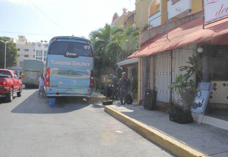 Los elementos subieron sus pertenencias a los camiones. (Sergio Orozco/SIPSE)