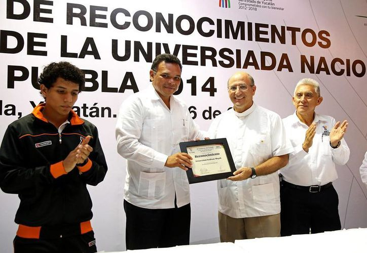 El gobernador de Yucatán, Rolando Zapata Bello, entregó estímulos y reconocimientos a medallistas de la Universiada Nacional 2014. (SIPSE)