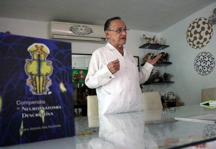 Autor del libro 'Compedio de Neuroanatomía Descriptiva', el doctor Álvaro Axle es una institución para la medicina de la región. (José Acosta/ Milenio Novedades)