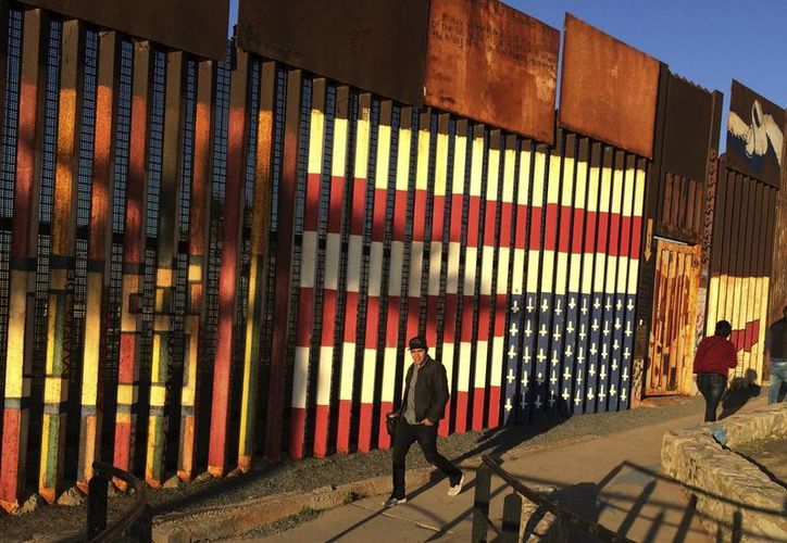 Donald Trump ordenó este miércoles construir inmediatamente el muro fronterizo entre EU y México, para detener la inmigración ilegal, el tráfico de personas, drogas y el terrorismo, sin embargo, por ejemplo, la mayoría de las drogas entra a EU por puntos legales. (AP/Julie Watson)