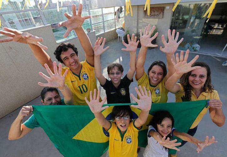 En lugar de ocultarse de las miradas de curiosas, los 14 miembros de la familia Silva parecen aceptar con orgullo su diferencia física. (AP)