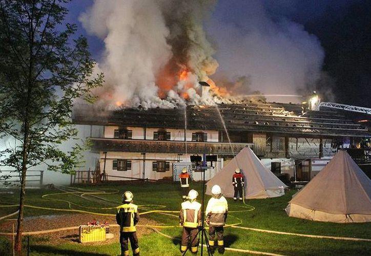 El incendio comenzó en la madrugada en una granja adaptada como hostería en Schneizlreuth, en el sureste de Munich. (br.de)
