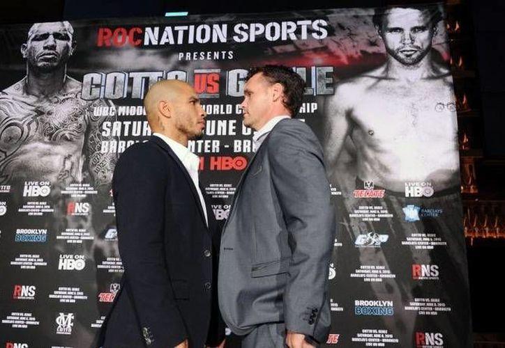 El puertorriqueño Miguel Cotto (i) frente al australiano Daniel Geale, durante un promocional en abril para su pelea de este sábado. (boxingnews24.com)