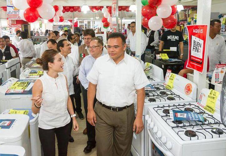 Durante El Buen Fin, Rolando Zapata recorrió algunos establecimientos para conocer los pormenores del programa. (Facebook/Rolando Zapata Bello)