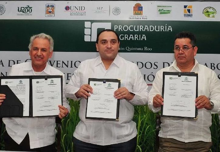 El gobernador Roberto Borge Angulo firmó como testigo de honor de la alianza universitaria. (Cortesía/Uqroo)