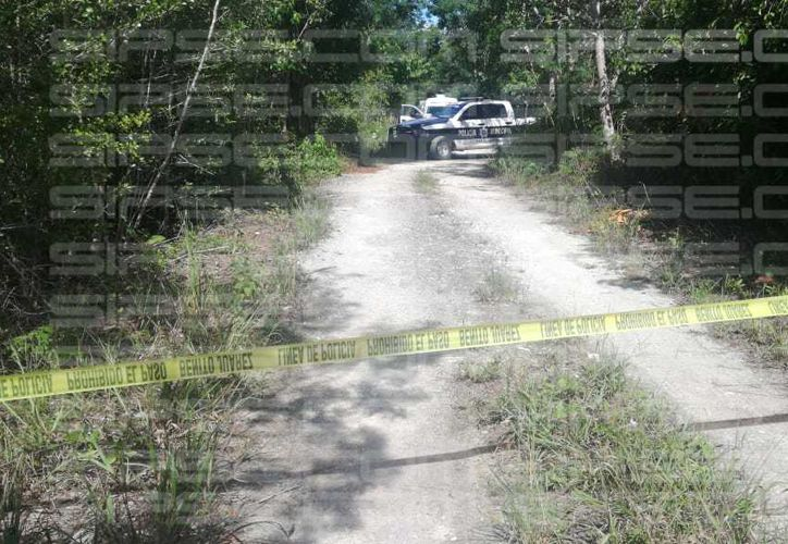 Policías acordonaron el sitio donde fue hallado el cadáver. (Redacción/SIPSE)