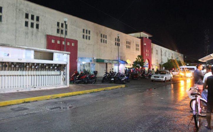 Un sujeto fue asesinado dentro del mercado Diana Laura Riojas, de Playa del Carmen, la noche de ayer. (Redacción/SIPSE)