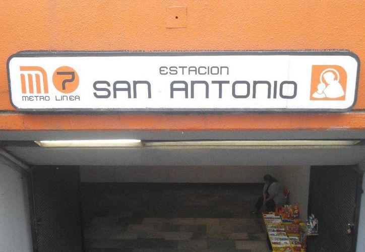 La maleta que contenía los restos de la mujer mutilada fue encontrada en las escalinatas del Metro San Antonio. (m-x.com.mx)