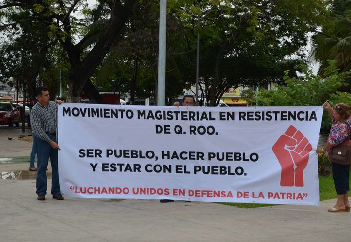 Con pancartas en mano, maestros expresaron su rechazo a la evaluación docente. (Gerardo Amaro/SIPSE)