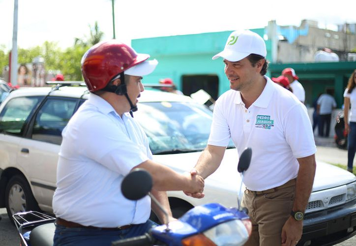 """El candidato de la """"Coalición por Quintana Roo"""", estuvo en el crucero de la avenida Xel Há. (Redacción/SIPSE)"""