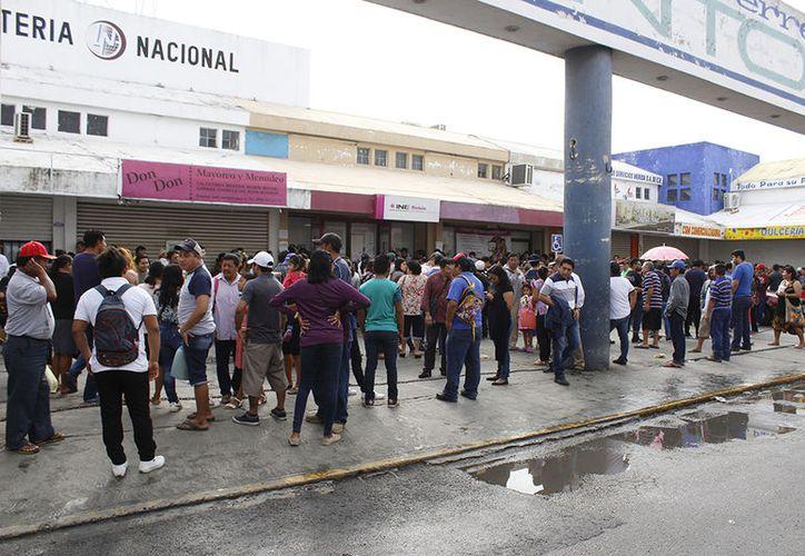Los meridanos abarrotan los módulos de atención del INE, como el que está ubicado a media cuadra del mercado de San Benito. (SIPSE)