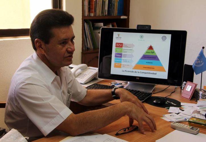 Tomás González dijo que cinco entidades copiarán el Incuba Tic's. (José Acosta/SIPSE)