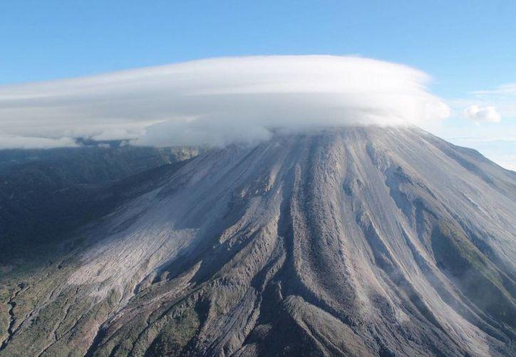 El coordinador nacional de Protección Civil, Luis Felipe Puente, informó sobre ligera exhalación de ceniza del Volcán de Colima; llamó a la población a tomar medidas precautorias. (Archivo Notimex)