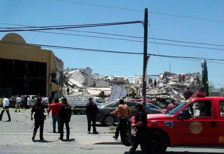 Testigos de la explosión y derrumbe en un centro comercial de Reynosa dijeron que poco o nada pudieron hacer para rescatar a las víctima, muchas de ellas atrapadas por los escombros. (excelsior.com.mx)