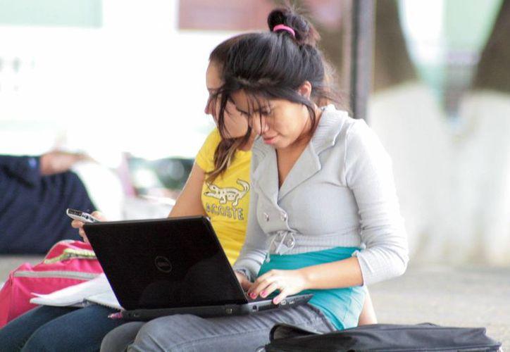 Los jóvenes resuelven sus deberes escolares a través de internet. (Milenio Novedades)