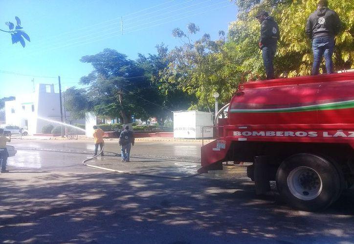 El personal de Protección Civil acudió con la unidad para lavar el área. (Raúl Balam/SIPSE)
