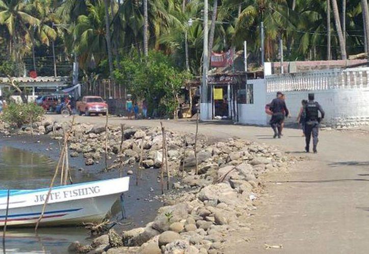 Imagen de los operativos de la Policías de la División Antinarcóticos en las playas de El Salvador. Decomisan dos lanchas con más de 250 kilos de cocaína cada una. (@PNC_SV)
