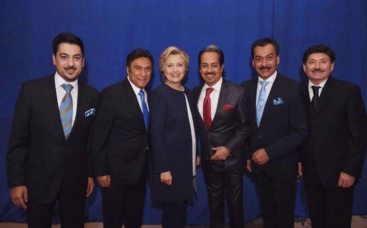 Los Tigres del Norte fueron parte del concierto en la Frontera, el cual se realizó el día de ayer con la presentación de diferentes bandas latinas. En la foto, la agrupación junto a Hillary Clinton.(Foto de Twitter/Los Tigres del Norte)