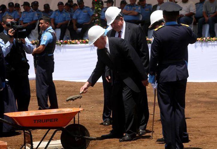 El director del Servicio Federal de Control de Drogas (FSKN) ruso, Víctor Ivanov (c), inaugura la construcción del Centro de Capacitación Antidrogas en Managua. (EFE)
