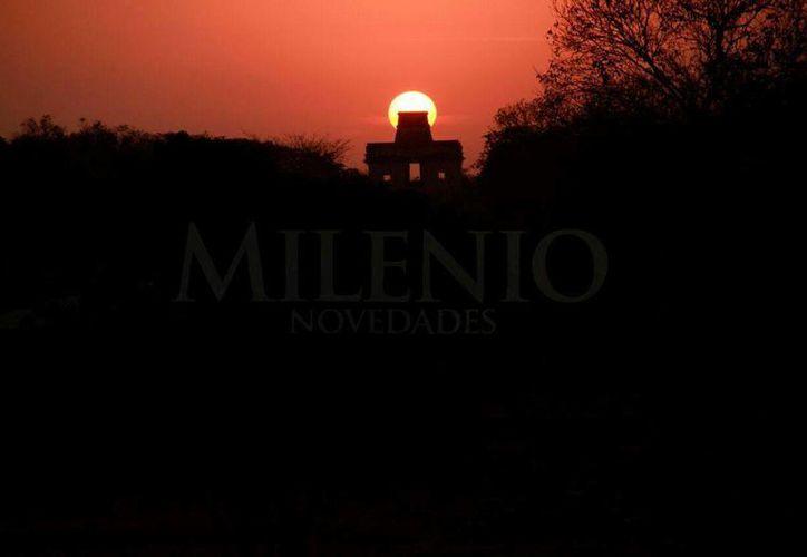 El Sol iluminó la puerta central del Templo de las Siete Muñecas, en Dzibilchaltún. (Jorge Acosta/Milenio Novedades)