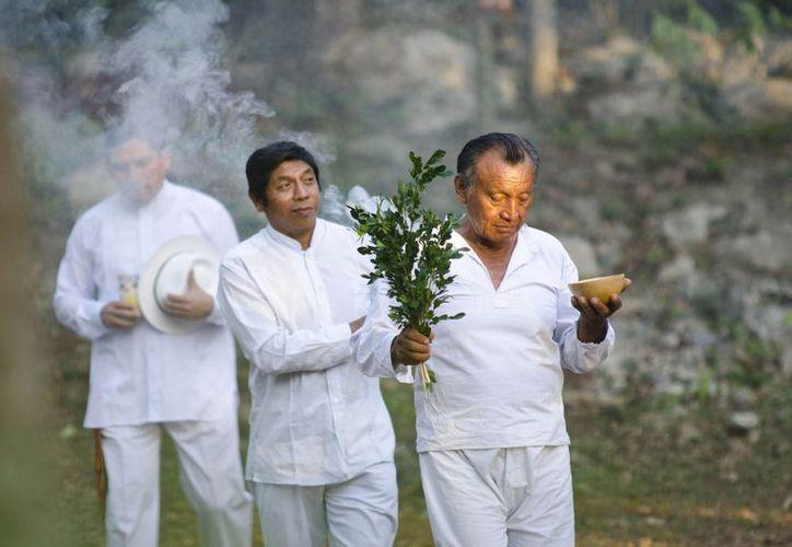 """La obra de teatro """"Momentos Sagrados Mayas"""" en el marco del Festival de la Cultura Maya, en la comisaria de Xocén, Valladolid. (Notimex)"""