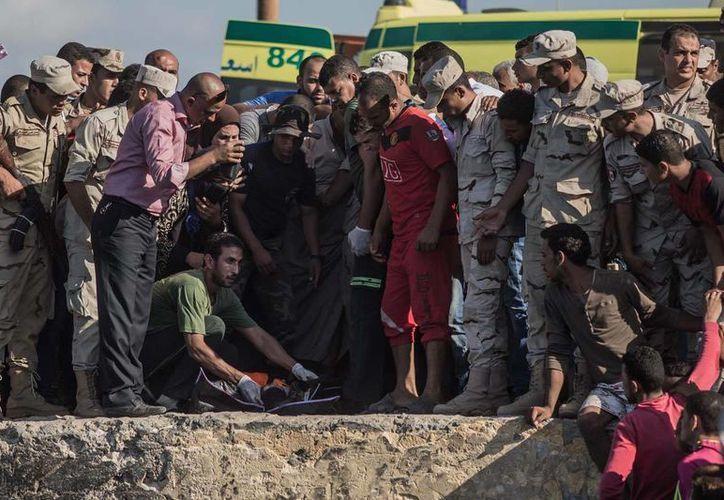 Cuerpos de seguridad egipcios recuperaron 162 cadáveres de las aguas del Mediterráneo. Las víctimas fallecieron en un naufragio. (AP/Eman Helal)