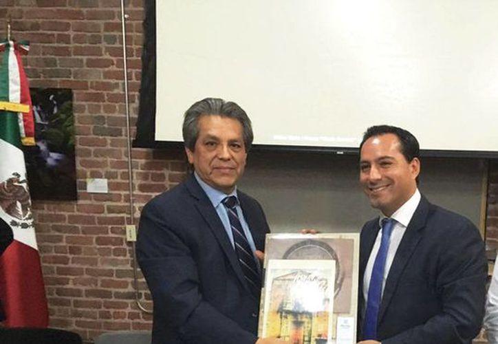 El alcalde de Mérida, Mauricio Vila, fue recibido en San Francisco, California, por el Cónsul Alterno de México en esa ciudad, Enrique Maldonado Díaz y el presidente de la Federación de Clubes Yucatecos del Norte de California, Angel Granados Ontiveros. (Foto cortesía)