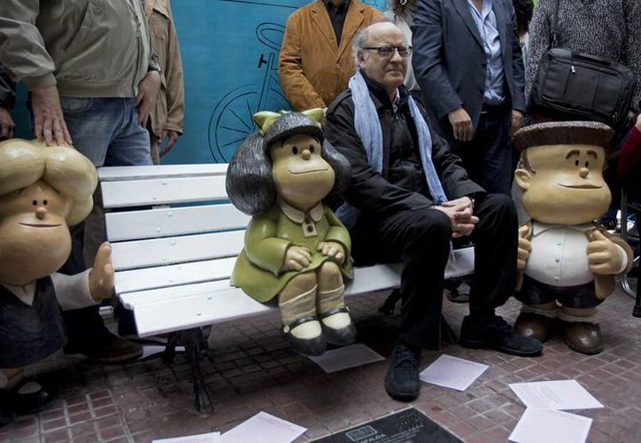 Quino celebró el cumpleaños de Mafalda en un acto realizado en la esquina de las calles Defensa y Chile, donde la niña preguntona es recordada con una estatua. (AP)