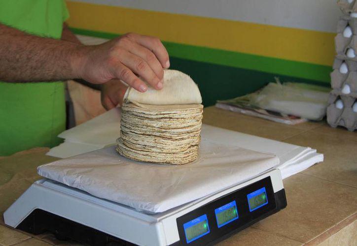 En algunos establecimientos ofrecen el kilo de tortillas en ocho pesos. (Ángel Castilla/SIPSE)