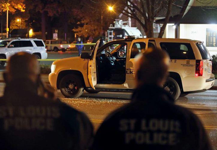Escena de crimen en San Louis, Missouri, donde un sargento de la policía fue baleado. (AP)