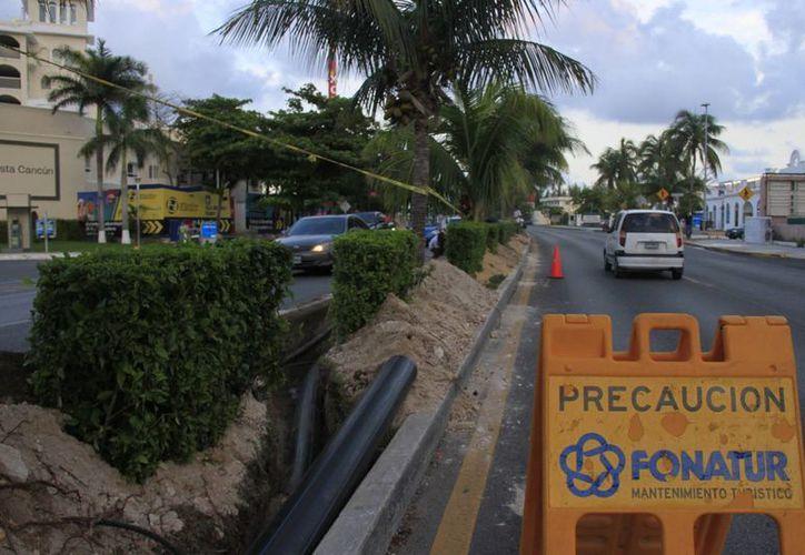 Las diferentes obras continúan en el bulevar Kukulcán. (Consuelo Javier/SIPSE)