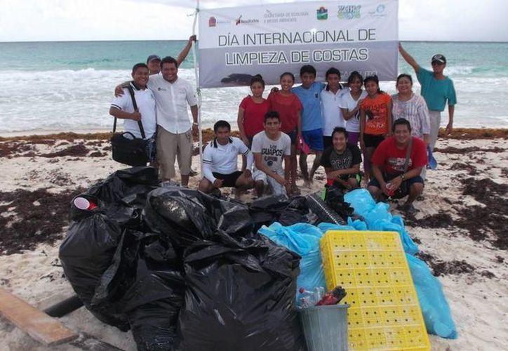 Decenas de desechos y de costales de basura fueron recolectados por los jóvenes, quienes con gran actitud de servicio las limpiaron. (Manuel Salazar/SIPSE)