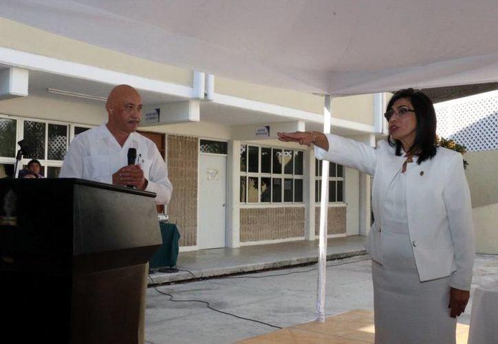 Verónica Cortés Navarrete rindió protesta como directora de la Preparatoria Número Dos de la Uady ante el rector José de Jesús Williams. (SIPSE)