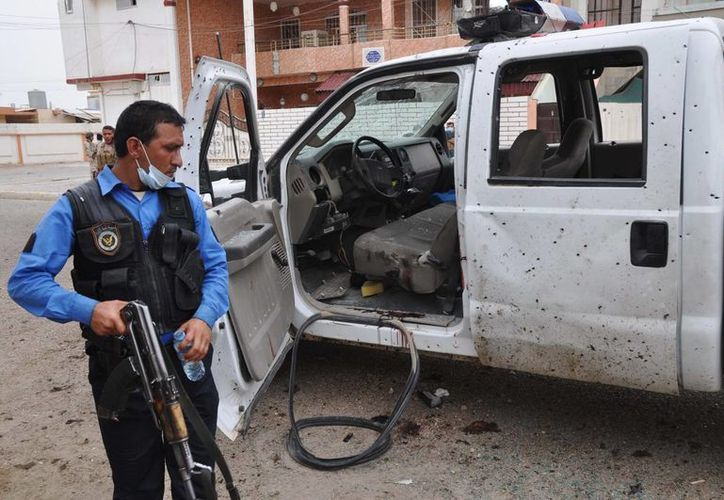 Un policía iraquí inspecciona el sitio de un ataque suicida en un centro de votación en Kirkuk. (Agencias)