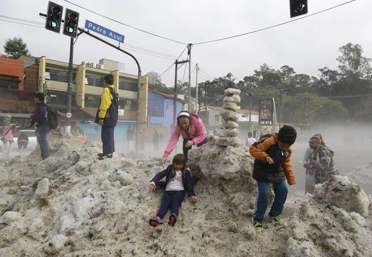 Algunos habitantes de Sao Paulo dijeron que sus hijos nunca habían visto granizar. (Foto: AP)