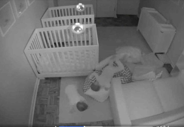 Estos dos bebés fueron captados mientras jugaban toda la noche, en lugar de dormir. (Captura de pantalla)