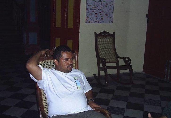 José, el velador del Stella Maris en el año 2006, durante la entrevista en ese sitio embrujado. (SIPSE)