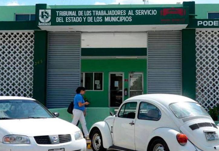 Ex empleados municipales esperan el pago de juicios ganados a las autoridades. (Milenio Novedades)
