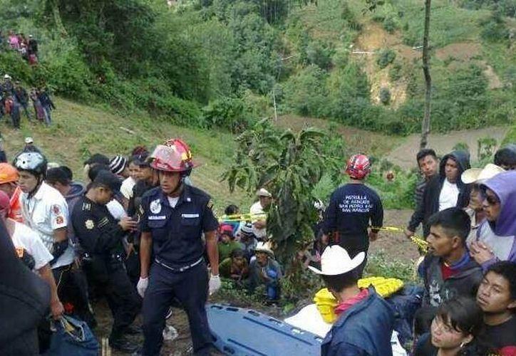 La avioneta en la que viajaban se precipitó a tierra el viernes y se estrelló contra una montaña en la comunidad de Nuevo Porvenir. (twitter @CBMDEPTAL)