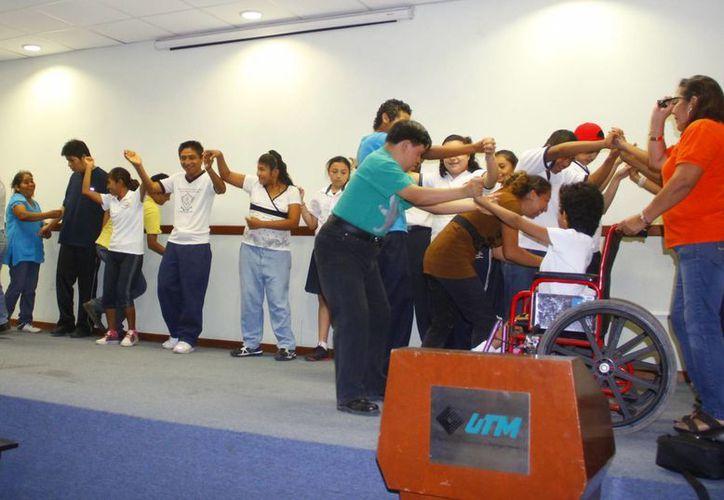 Los menores ponen su entusiasmo en la obra. (Juan Albornoz/SIPSE)
