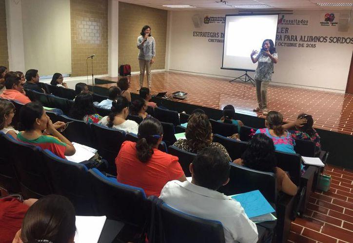 Un total de 45 docentes de educación especial aprenden nuevas estrategias educativas. (Ángel Castilla/SIPSE)