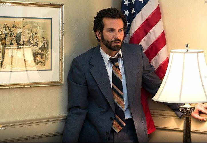 Cooper encarna un agente del FBI inspirado en los del operativo ABSCAM, que desenmascaró la corrupción política en el Senado y la Cámara Baja de Estados Unidos. (americanhustle-movie.com)