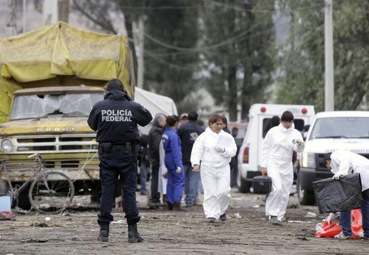 Personal de la policía federal inspecciona la zona de la explosión. (Notimex)