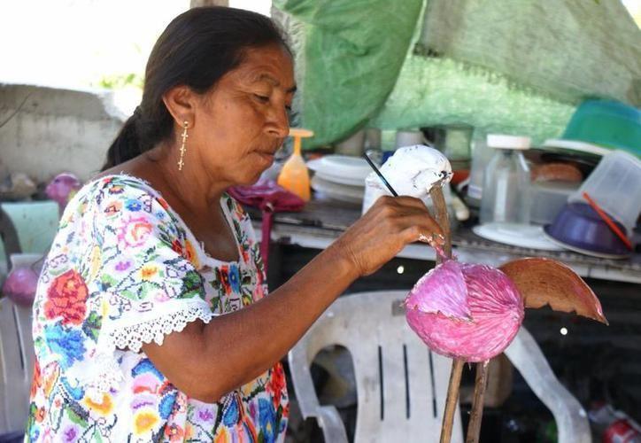 El objetivo es que los visitantes conozcan no sólo las artesanías, sino también la historia de esta tradición heredada de padres a hijos. (SIPSE)