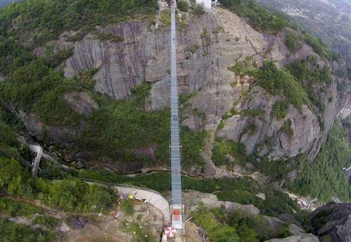 El puente de vidrio es el último de una serie de atracciones con fondo de cristal en China, que han demostrado ser popular entre los turistas. (independent.co.uk)