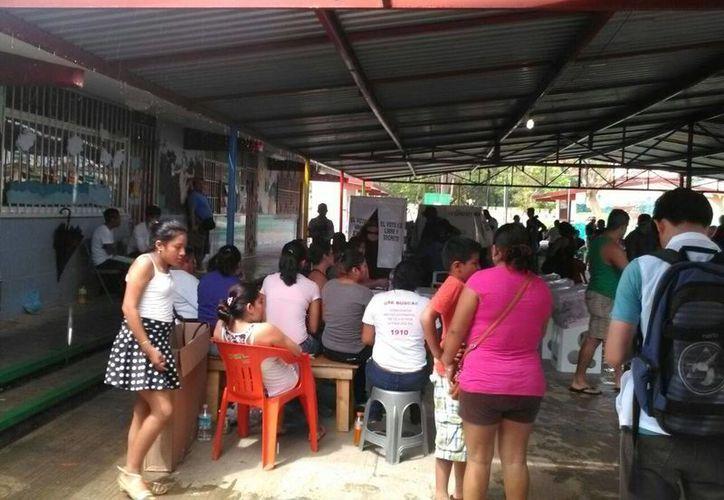 La casilla de la Región 100 registra buena afluencia de personas. (Raúl Caballero/SIPSE)